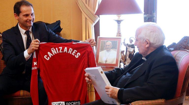 La Asociación de Futbolistas del Valencia C.F. visitaal cardenal Cañizares