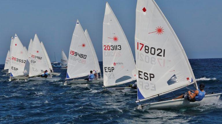 El mar de Torrevieja recibe 80 barcos en el Autonómico de Laser