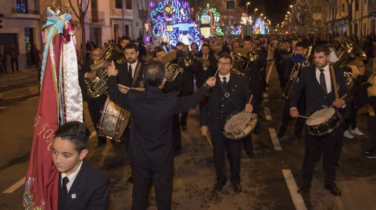 El desfile de Gaiatas contó con las bandas de música de la provincia y se ponen en marcha los trenes magdaleneros