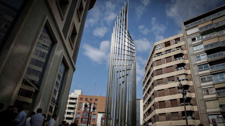 La escultura Donant-Li Voltes de Andreu Alfaro se instala en el chaflán de las calles Jorge Juan y Colón de Valencia
