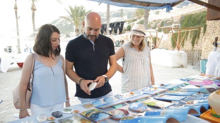 La Feria de Artesanía y la programación cultural de Estiu Festiu regresan a la playa de l'Albir