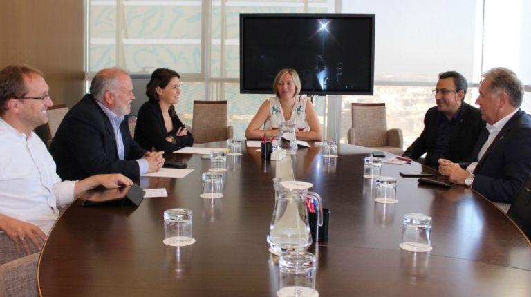 La consellera María José Salvador se reúne con los representantes de Fotur para abordar el nuevo servicio de metro y tranvía nocturno para el área metropolitana