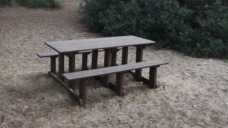 Instalación de 24 mesas de picnic ecológicas en las áreas de recreo del Muntanyar de la Mona y del pueblo del Saler